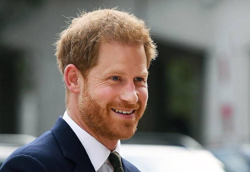 Mladší syn princezny Diany a prince Charlese, princ Harry. Ze smrti matky Harry dodnes viní bulvární novináře. Tvrdí, že právě jejich chování vedlo i k tomu, aby se společně s manželkou Meghan Markleovou vzdal pozicí aktivních členů královské rodiny.