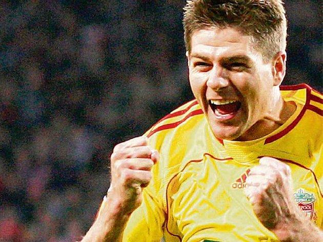 Liverpoolský kapitán Steven Gerrard jásá nad svým gólem.