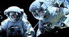 Sandra Bullock a George Clooney jako neohrožení astronauté ve filmu Gravitace.