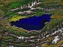 Pohled ze satelitu. Jezero má na délku téměř 180 kilometrů.