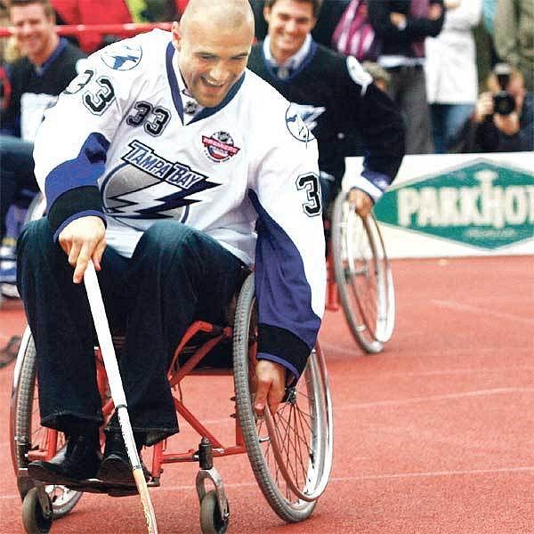 Kočí v akci na vozíku a s florbalkou při návštěvě Jedličkova ústavu a škol...