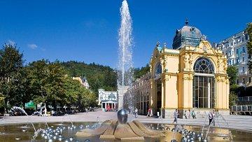 Kolonáda a zpívající fontána představují symboly města.