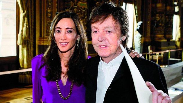 Velkou oporou slavného hudebníka je jeho manželka Nancy Shevellová.