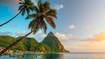 Vrcholky bývalých sopek na romantickém ostrově Svatá Lucie