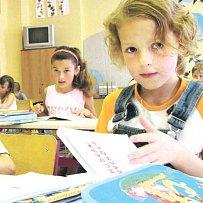 S plastovými předměty pracují děti ve škole každý den. Nebezpečné pomůcky by je nyní ohrozily ještě víc.