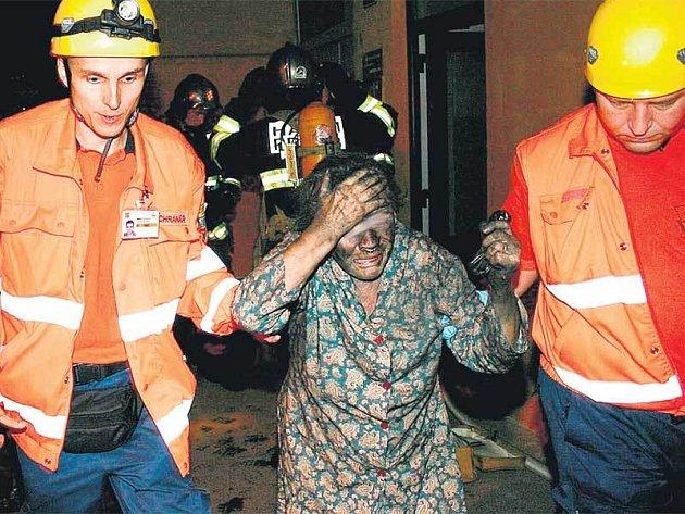 Záchranáři odváděli očouzené lidi ven.