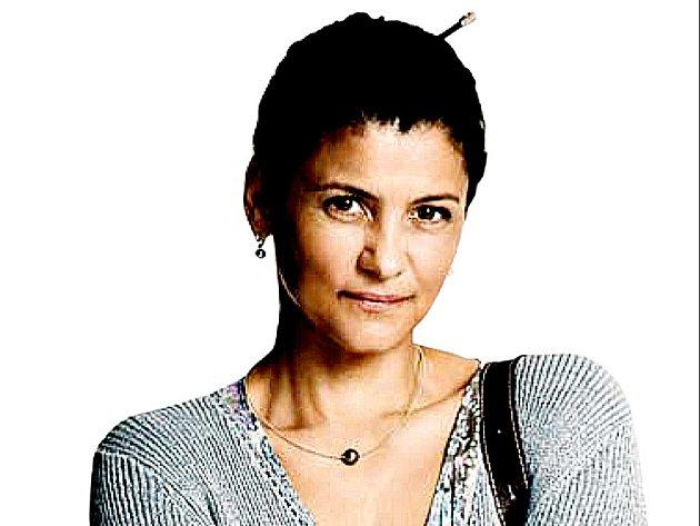 Iva Bittová jako Julie v hlavní roli nové české tragikomedie Tajnosti.