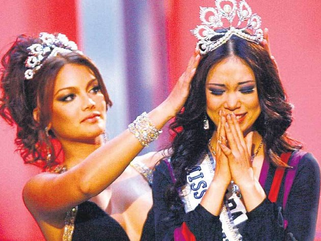 Miss Universe 2006 Zuleyka Rivera z Portorika korunuje svoji nástupkyni, Japonku Riyo Mori.