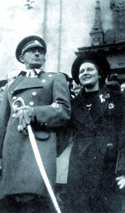 Vojnu nemusel, ale uniformy zbožňoval. Nakonec dosáhl hod-nosti nadporučíka. Vedle jeho žena Nina.
