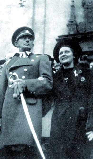 Vojnu nemusel, ale uniformy zbožňoval. Nakonec dosáhl hodnosti nadporučíka. Vedle jeho žena Nina.