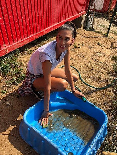 Miss Aneta Vignerová je nejen sexy, ale dokáže ipomoct potřebným.
