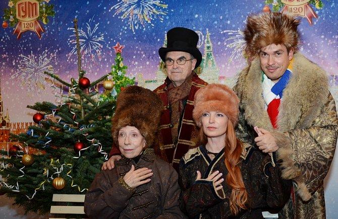 Inna s manželem Glebem Panfilovem, synem Ivanem a jeho ženou v moskevském obchodním domě GUM