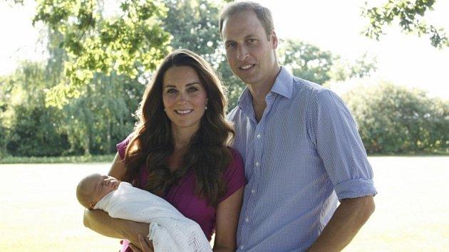 William, Kate a malý George. Tuto fotku pořídil ne oficiální fotograf, ale pyšný dědeček Middleton.