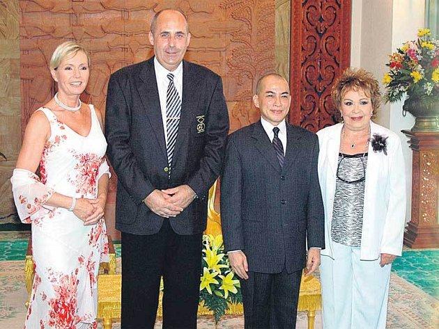 Vondráčková, Salava, kambodžský král a Bohdalová při oficiálním setkání.