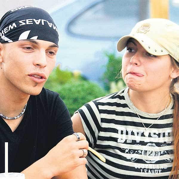 Zamilovaný pár Tereza Najdekrová a David Spilka si dopřáli občerstvení na trase PrahaBrno.