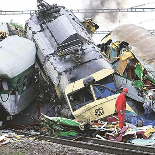 Náraz do spadlého mostu sešrotoval lokomotivu a několik vagonů.