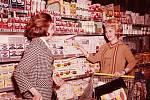 V supermarketech minulého století se lidé mezi sebou rádi bavili, nestrkali do sebe.