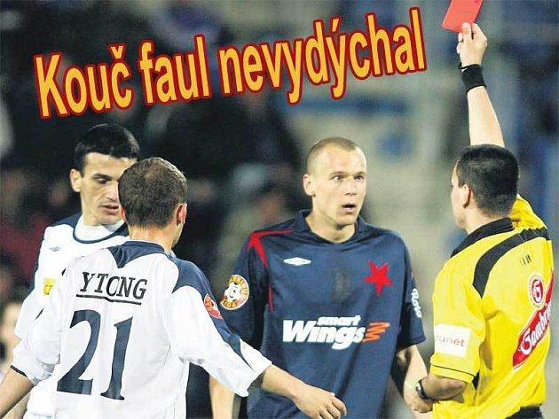 Rozhodčí Adámek neváhal ani chvíli vytasit pro Radka Dosoudila červenou kartu.
