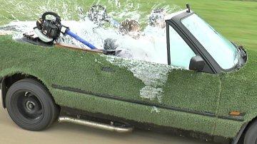 I v autě si člověk může užít vody.