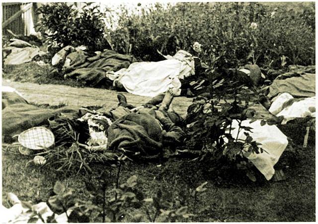 Těla obětí záchranáři nosili do blízké zahrady.