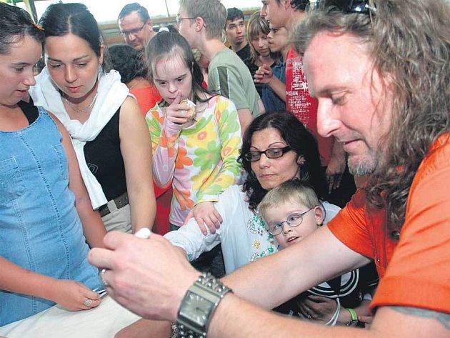 O podpis Pepy Vojtka a členů kapely Kabát měly děti velký zájem.