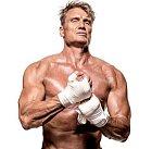 O švédského herce je zájem. Takhle pózoval pro časopis Muscle & Fitness...