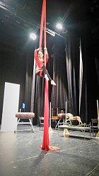 Herečka předvádí i akrobacii na šátcích.