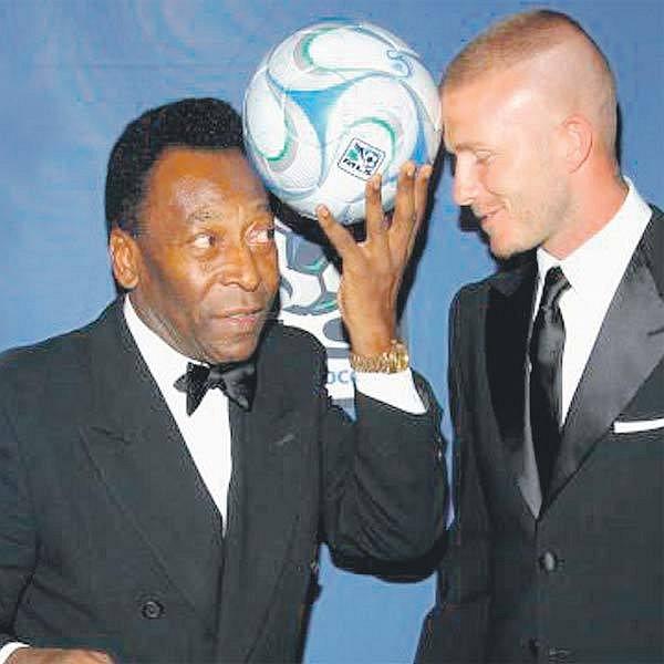 Pelé (vlevo) a Beckham spolu laškovali a samozřejmě se pustili i do hrátek s míčem.