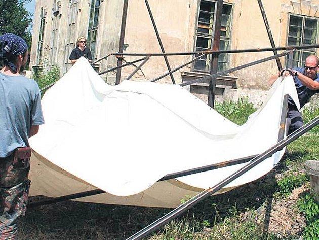 Plátno o rozměrech 10x4 metrů je instalováno mezi oběma křídly zámku.