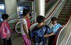 Děti z vesnic se ve městě seznamují s eskalátorem