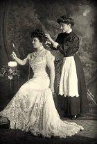 V roce 1926 se Christine podařilo najít skvěle placenou službu u právníka Lancelina a jeho rodiny, která čítala manželku a dvě dcery. Jednu dospělou, již z domu a Geneviève, která žila ještě u rodičů. Christine se velice brzy zasloužila o to,...
