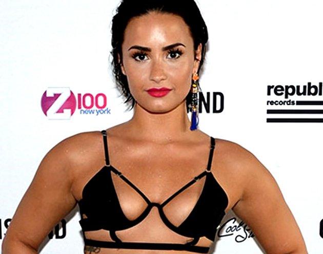 Demi Lovato a její… co to je? Podprda?