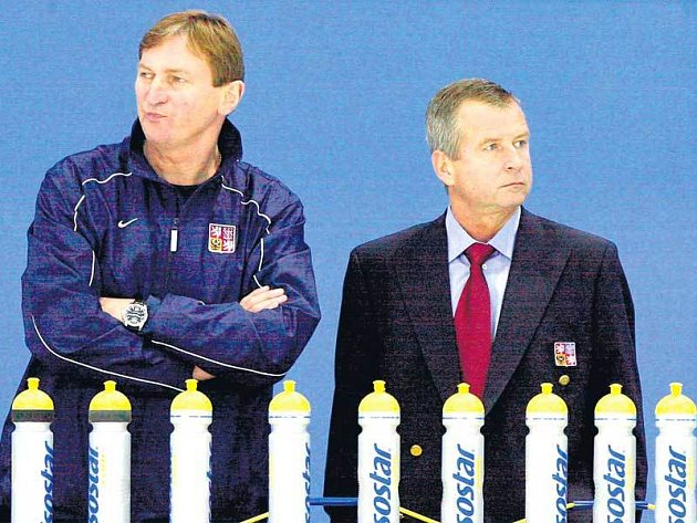 Kouč Hadamczik ve společnosti týmového lékaře Ziegelbauera (vpravo) sleduje trénink svých hochů.
