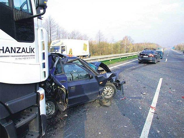 Nejhůře z jedenácti automobilů dopadla felicie, kterou kamión doslova slisoval.