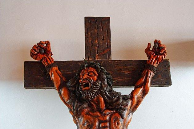 Ježíš bývá vyobrazen ukřižován.