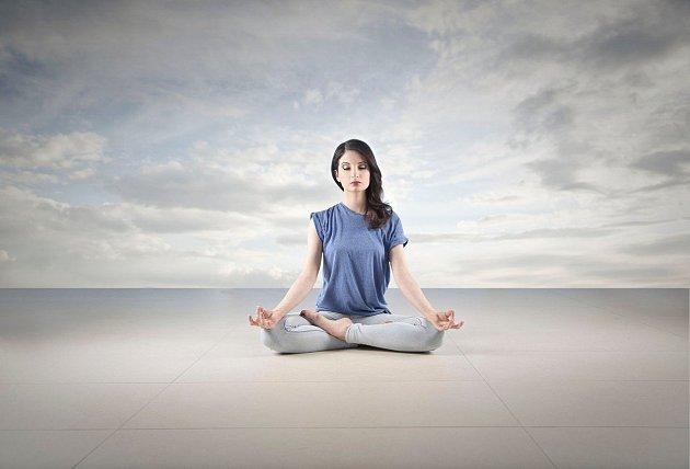 Meditování vpřírodě působí blahodárně.