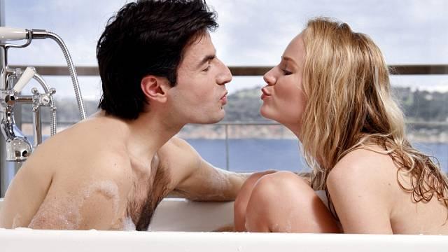 """S pravidlem """"dotýkej se!"""" nemá většina zamilovaných problém. S těmi dalšími to bývá horší."""