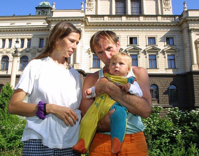 Eliška Fuxová alias Půlnoční Bouře s maminkou Blankou Fuxovou a tatínkem Jaroslavem Blovským.