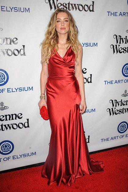 Amber Heard byla v rudé robě okouzlující.