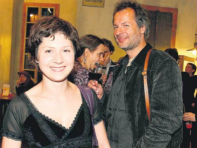 Martin Zbrožek sice stojí v blízkosti své přítelkyně Marty Issové, ale k sobě se příliš neměli.
