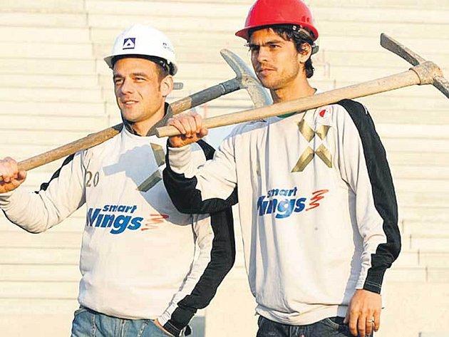 Jdeme na to! Slávistický kapitán Lukáš Jarolím (vlevo) s Brazilcem Gauchem vyrážejí s krumpáči v ruce rozkopat mosteckou obranu, která na jaře ještě neinkasovala.