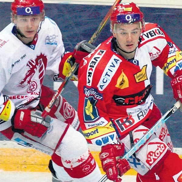 Jan Novák (vpravo) odehrál velký zápas. Odbránil si své, vstřelil Třinci dva góly.