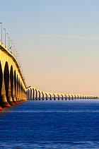 Přes Northumberlandskou úžinu vede několik kilometrů dlouhý most.
