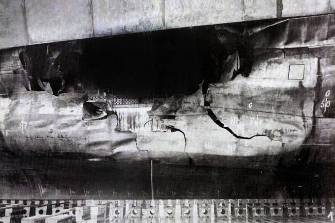 Díra po torpédu v trupu křižníku