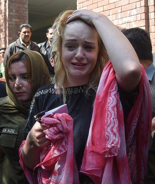 Hlůškové se situace správníkem opakuje, už jednou řešila nepříjmenost. Její kauzy se jako první ujal Čaudhrí Džavád Zafar, který hlásal, že bude během pár týdnů doma!