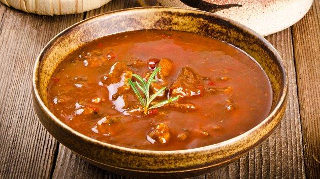 Domácí gulášová polévka. Máte chuť?