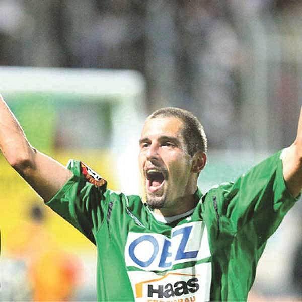 Střelec prvního gólu domácích Pavlík se raduje.