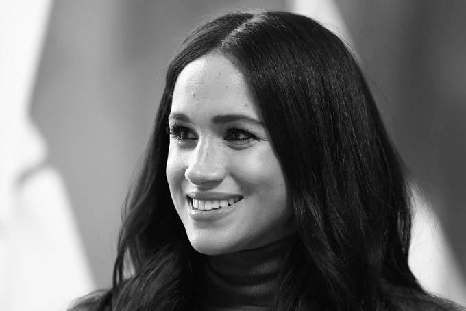 """""""Máme v úmyslu vzdát se role 'předních' členů královské rodiny a pracovat, abychom se stali finančně nezávislými, zatímco budeme nadále plně podporovat Její Veličenstvo královnu,"""" uvedli v prohlášení na Instagramu."""