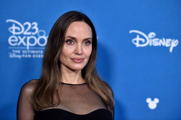 Chůva dále dodává, že Angelina kvůli práci často sleduje materiály shodnocením R, tedy mládeži nepřístupno.