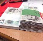 Balíček 100 bankovek. Oboje. Ovšem ty nalevo jsou úplně nové.